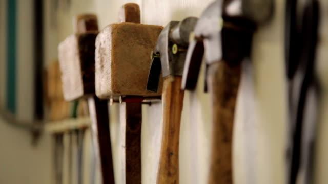 Holzarbeiten tools hängen in einem workshop