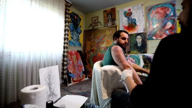 Arbeit-Tag-Tattoo-studio