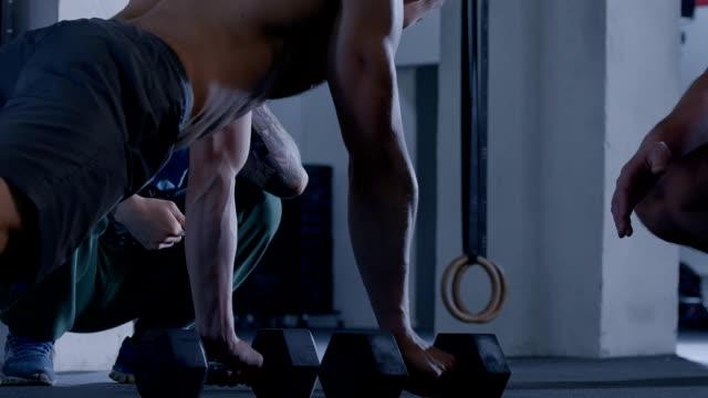 Trainieren Sie im Fitnessraum mit einem trainer