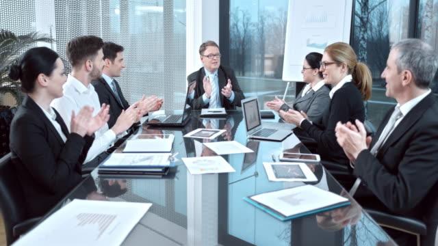 DS applauding lavoro di squadra per il successo nella sala conferenze