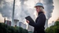 Arbeiter Industrieanlage Eingabe auf einem Tablet - Frauen im Stamm