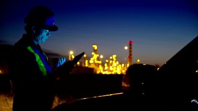 Arbeiter in industriellen Pflanzen Arbeiten auf einem tablet-PC.