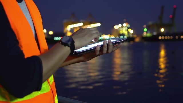 Arbeiter arbeiten auf einem Tablet Industrieanlage