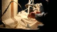 Arbeiter schleift kleine Figur