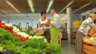 HD DOLLY: Worker Help Choossing The Right Produce