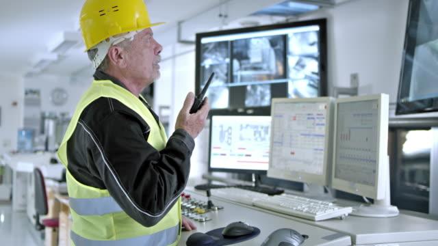 DS werknemer in Configuratiecentrum bijwerken van collega's door handheld ontvanger