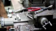 Arbeiter auf einer Maschine in einer Fabrik, Schwenk nach oben