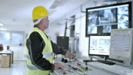 DS werknemer die de recycling facility machines uit controlecentrum