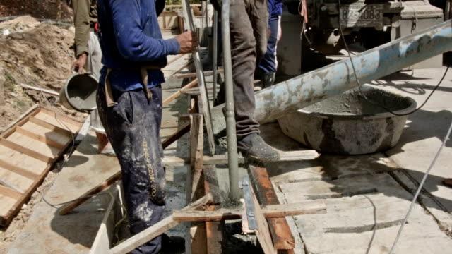 Arbeiter Eingießen Zement in Baustelle