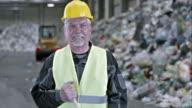 SLO MO Operaio mozzafiato sul pavimento in un centro di riciclaggio
