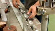 HD TILT-DOWN : Worker tighten nut