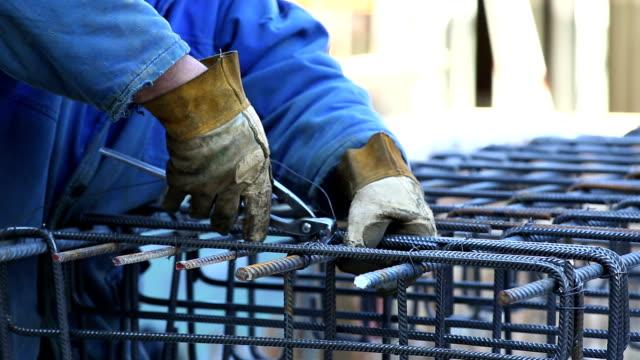 Arbeiter schließt den Rebar auf Constrution Website CU