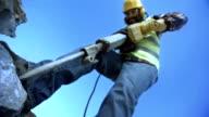 Arbeiter, die einen Presslufthammer (Super Zeitlupe)