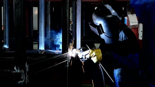 Arbeiter Schweißen Stahl mit Funken