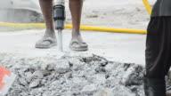 Arbeiter mit Presslufthammer Graben konkrete Road