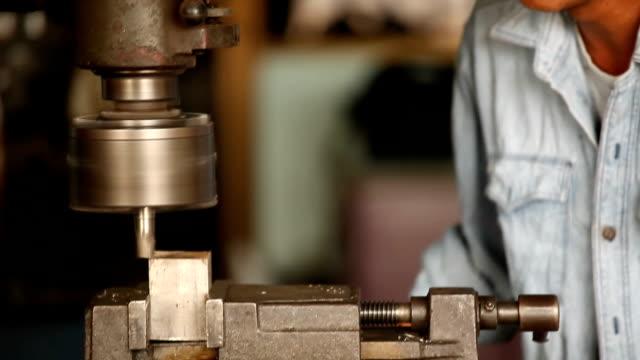 Arbeiter mit Maschine