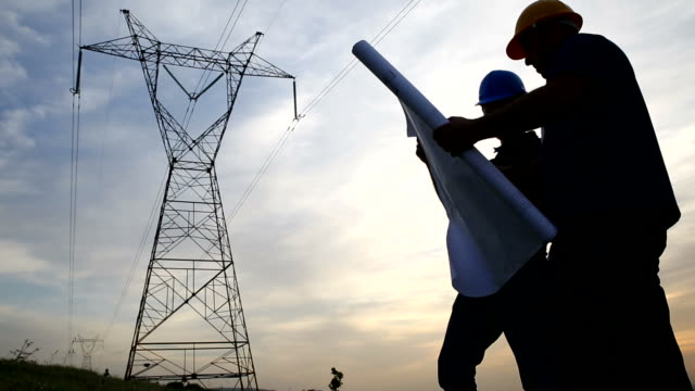 Werknemers op elektriciteit station