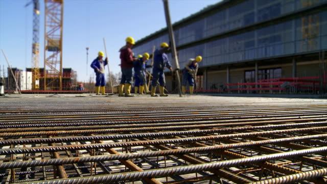 Arbeitnehmer Regeln Beton auf die Baustelle
