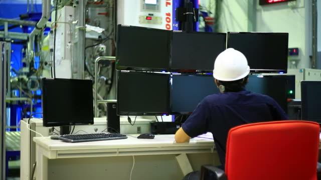 Lavoratori nella sala di controllo