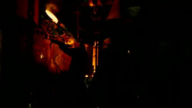 Arbeitnehmer Schmelzen Metall in der Gießerei