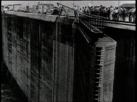 W workers operating machinery of the Panama Canal / Panama