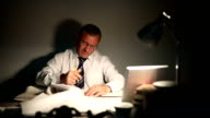 Werken na uren in zijn kantoor