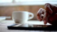 Arbeiten und Trinken Kaffee.