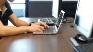 Arbeiten am Schreibtisch mit einem Computer-Tastatur