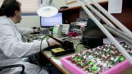 Arbeiten an elektronischen Labor
