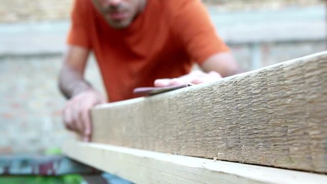 Arbeiten auf Holz-board mit sand paper