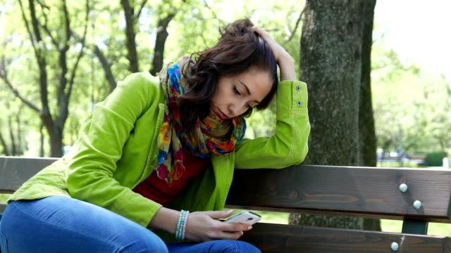 Angst und Elend Mädchen SMS auf dem Handy