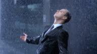 Besorgt Geschäftsmann im Regen