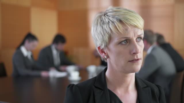 HD DOLLY: Sorge Geschäftsfrau während der Tagung