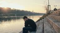 WS besorgt junger Mann am Fluss