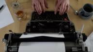 Schrijven van een boek op een oude typemachine