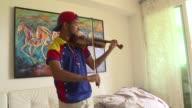 Wuilly Arteaga el violinista de las protestas que dejaron 125 muertos en Venezuela no es capaz de contarle a sus antiguos compañeros de prision donde...
