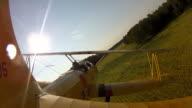 Giallo Biplano volare basso sopra terreni agricoli, e a casa