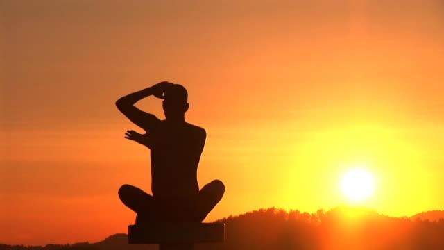 HD: Yoga bei Sonnenuntergang