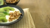 yogurt with kiwi and granola