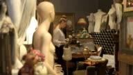 Junge Erwachsene weibliche charity-shop suchen