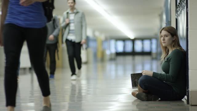Junge adulte Weibchen ein anderer Schüler in der Schule Mobbing
