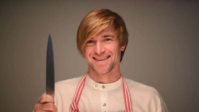Jungen Erwachsenen männlichen chef lächelnd auf grauem Hintergrund