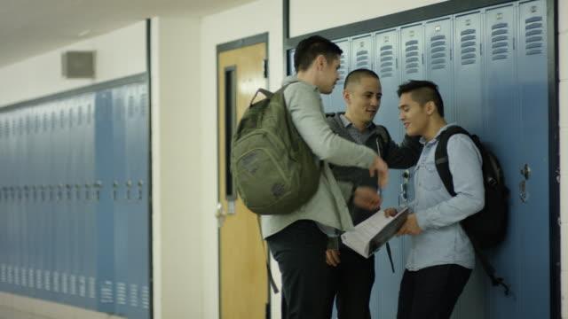 Junge Erwachsene Männer, die ein anderer Schüler Mobbing