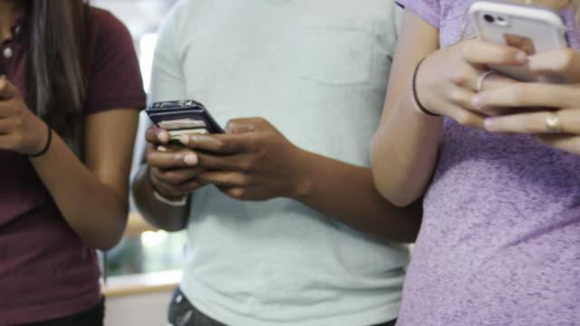 Jonge volwassenen op hun mobiele telefoons