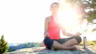 Junge afroamerikanische Frau tun Yoga in der Wüste