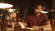 DS jonge Afro-Amerikaanse man studeren in de bibliotheek