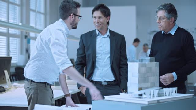 DS giovani architetti presentare il design modello per l'investitore