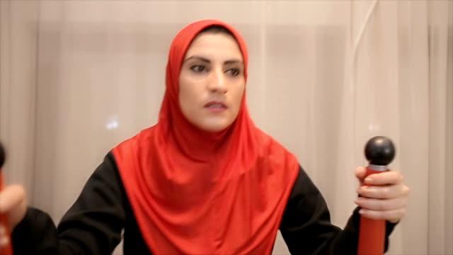 Jonge Arabische vrouw oefening thuis