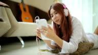 Junge asiatische Frau hören Musik