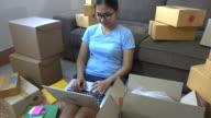 Unga asiatiska kvinnor kontrollera Inkorgen för e-post från kunden